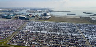 haven met geparkeerde autos