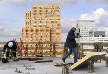 Bouwvakkers op dak